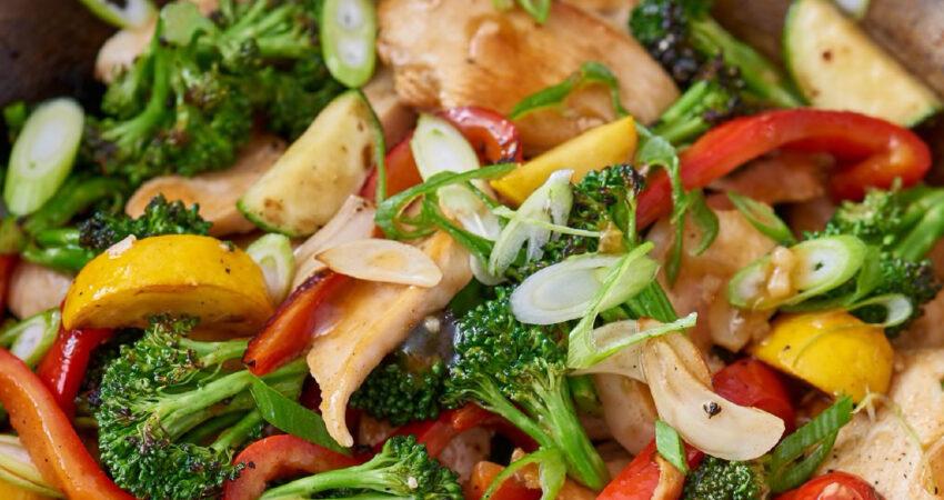 Bifes de frango com legumes salteados