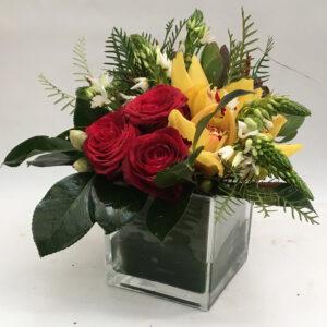 cubo vidro 13x13 com 3 rosas, 2 orquideas e verdura