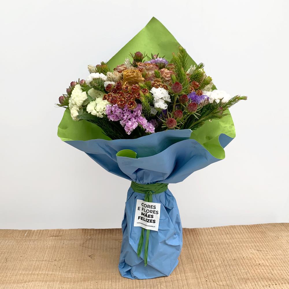 Ramo de flores campestres com apontamentos de statice